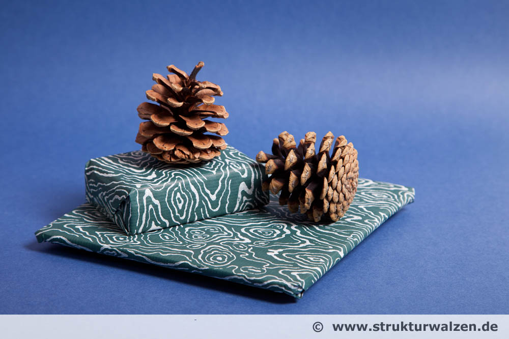geschenkpapier mit einem rollstempel musterwalze selbst gestalten. Black Bedroom Furniture Sets. Home Design Ideas