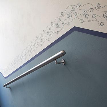 sockelabschluss mit floralem muster im renovierten altbau treppenhaus. Black Bedroom Furniture Sets. Home Design Ideas